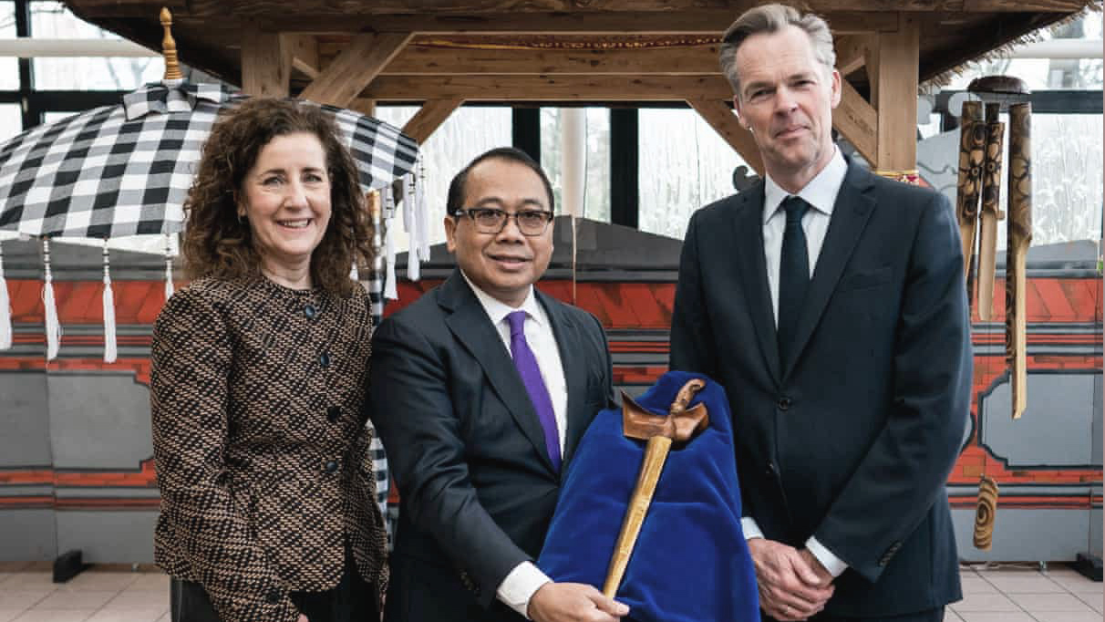 A photo of the Dutch culture minister, Indonesia's ambassador to the Netherlands, and director of Leiden's Museum of Ethnology posing with Prince Diponegoro's kris (dagger) in The Hague following its repatriation in March 2020.